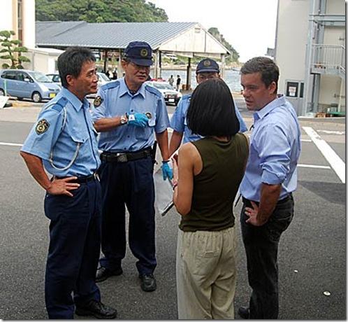 Mark J. Palmer - La police parle aux médias dans la rue en face de l'Union des Pêcheurs de Taiji, où la viande de baleine de Minke est en vente