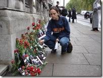 Les manifestants ont déposé des fleurs rouges devant l'Ambassade du Japon