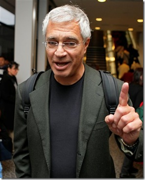 Louie Psihoyos à l'aéroport de Narita, le 20 octobre 2009 - Photo de Associated Press