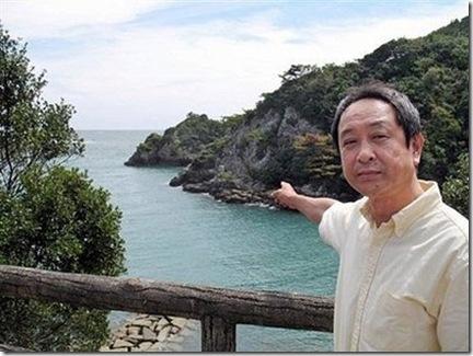 Photo AFP - Le conseiller municipal Hisato Ryono montrant la baie de Taiji où se déroulent les massacres de dauphins