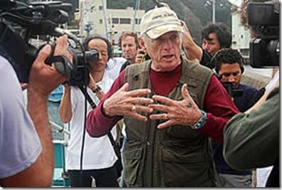 Richard O'Barry parlant aux médias - Photo de Mark J. Palmer