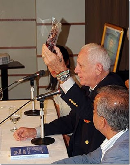 Ric O'Barry montrant la viande de dauphin aux journalistes présents au Club de la Presse Etrangère de Tokyo. Copyright - Mark J. Palmer