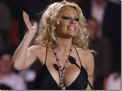Pamela.Anderson.opposante.a.SeaWorld-Canoe.Divertissement