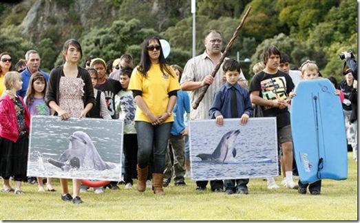 Des habitants locaux portent des photos de Moko lors de la cérémonie du 16 juillet - Photo : AP