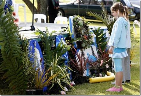 Une petite fille regardant le mémorial érigé a la mémoire de Moko - Photo : AP