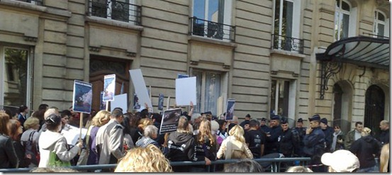 La manifestation organisée par Sea Shepherd et la Fondation Brigitte Bardot a rassemble environ 200 personnes face à l'Ambassade du Danemark à Paris - Photo : John Cros