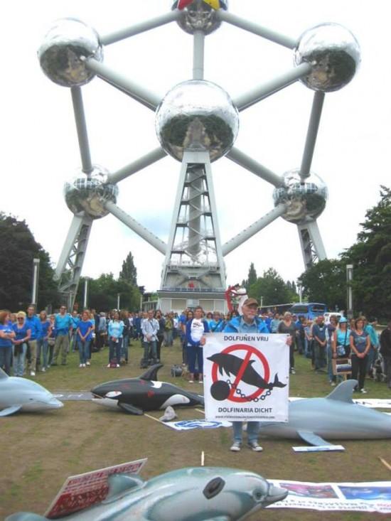 Manifestation au pied de l'Atomium